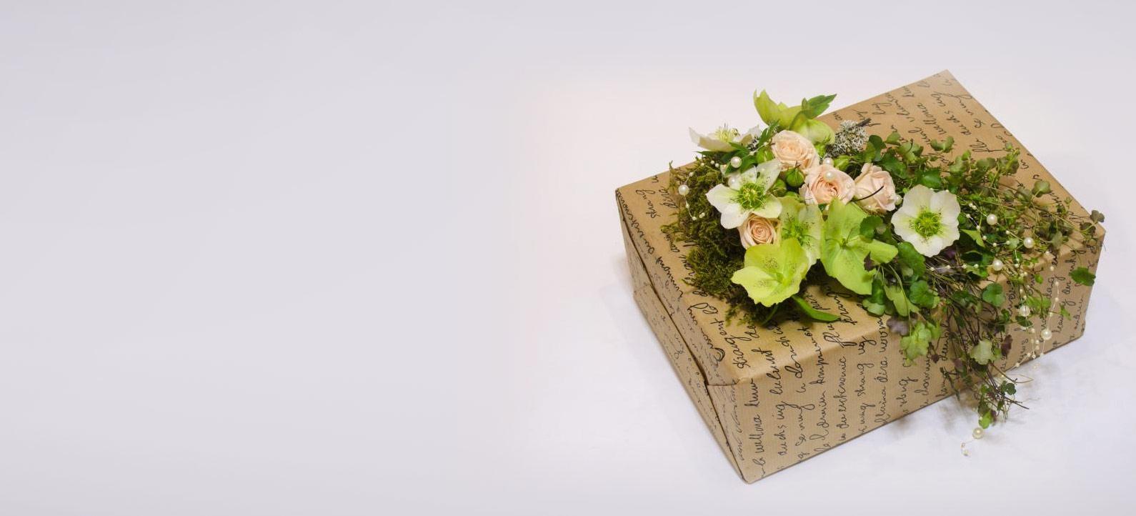 Оформление подарка цветочной композицией